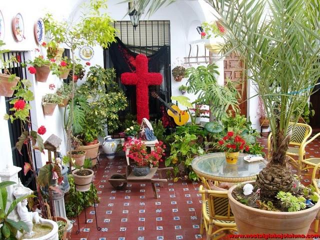 Cruz de mayo roja en el patio casa rural Rincón de la Nieves (Arcos de la Frontera)2009
